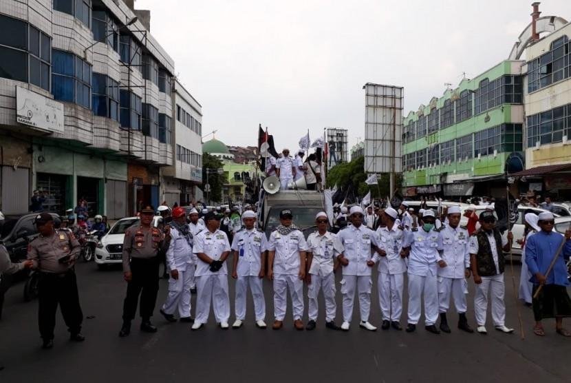 Sejumlah umat Islam menggelar aksi damai membela kalimat Tauhid di Bundaran Tugu Adipura Kota Bandar Lampung, Jumat (26/10).