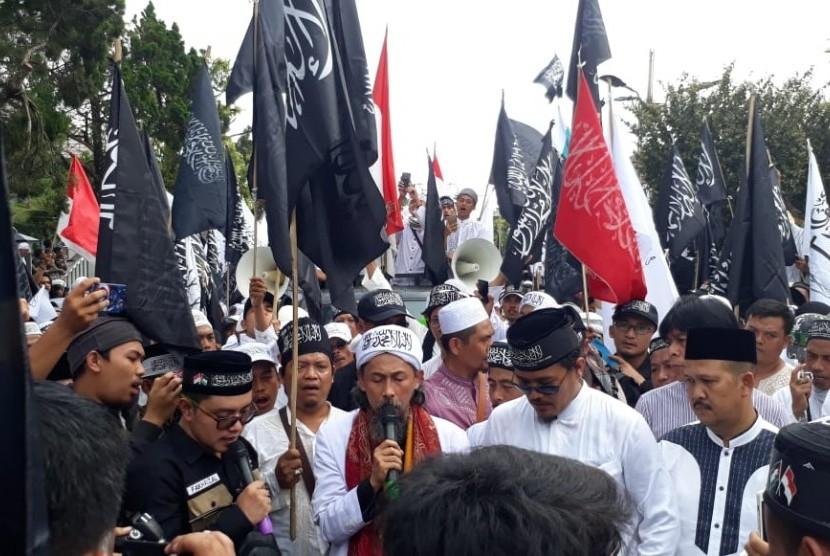 Ribuan massa umat Islam dari Aliansi umat Islam Sukabumi Raya penjaga kalimat tauhid menggelar aksi longmarch di Kota Sukabumi Jumat (26/10)