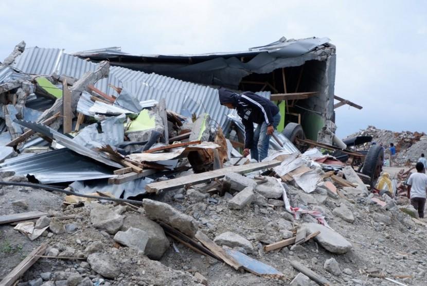 Masyarakat Balaroa, Palu, Sulawesi Tengah (Sulteng) mencoba mencari sisa-sisa berharga dari rumahnya yang hancur karena bencana gempa, tsunami, dan likuefaksi, seperti surat, besi, pakaian, Sabtu (27/10).