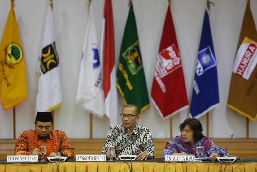 Komisioner KPU Hasyim Asy'ari (tengah) bersama Komisioner Bawaslu Muhammad Afifuddin (kiri) saat melakukan rapat pembahasan penyampaian dan penetapan desain alat peraga kampanye (APG) di Gedung KPU, Jakarta, Senin (29/10/2018).