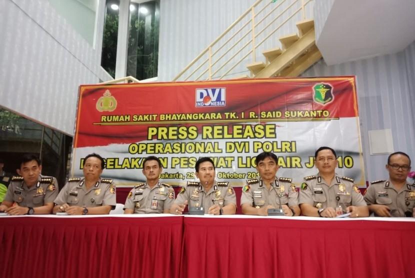 Konferensi Pers Divisi Disaster Victim Identification (DVI) Rumah Sakit (RS) Polri terkait perkembangan identifikasi korban jatuhnya pesawat Lion Air JT-610, Senin (29/10), Jakarta.