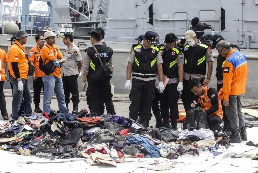 Petugas melakukan identifikasi barang milik korban kecelakaan pesawat Lion Air JT 610 di Posko Evakuasi Pelabuhan Tanjung Priok, Jakarta, Rabu (31/10/2018).