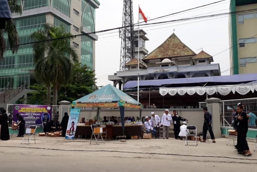 Suasana di sekitar kampus UNIS Kota Tangerang, tempat berlangsungnya tausiyah Ustaz Abdul Somad, Kamis (1/11).