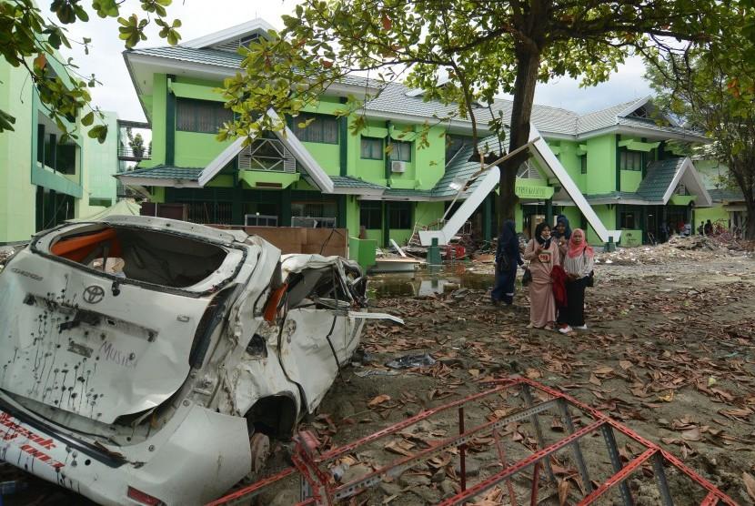 Sejumlah mahasiswi berjalan di halaman kampus usai mengikuti kuliah perdana pascagempa di Kampus Institut Agama Islam Negeri (IAIN) Palu, Sulawesi Tengah.