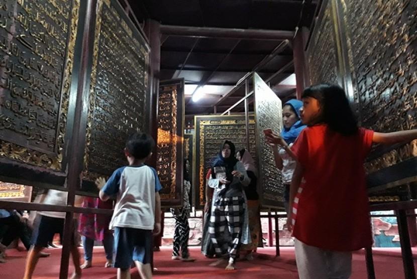 Destinasi wisata halal di Sumatera Selatan (Sumsel) Bait Alquran atau Alquran Akbar yang berupa mushaf Alquran terbuat dari lembaran kayu setinggi 2 meter dengan lebar sekitar 1,5 meter. Berwarna dasar coklat dengan tulisan timbul berwarna emas.