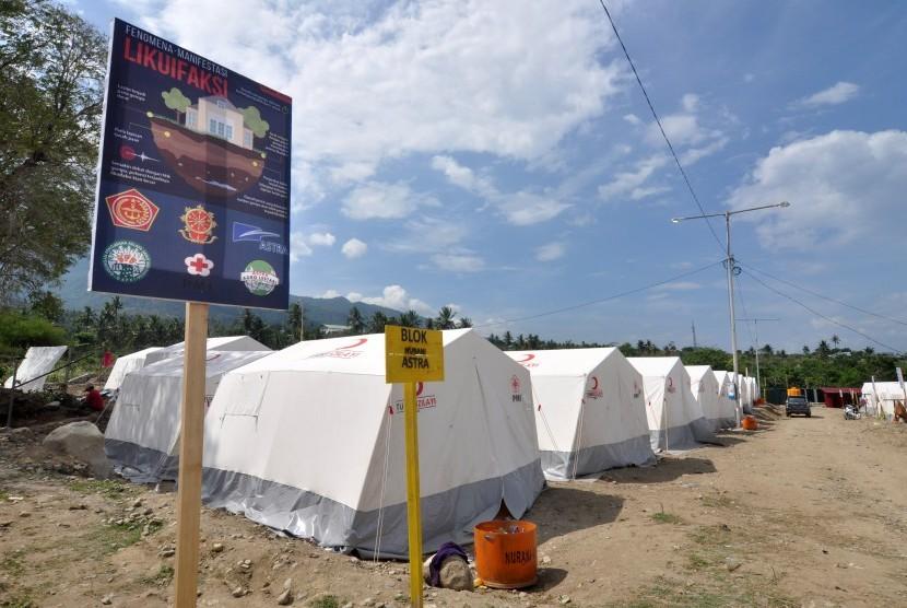 Sejumlah pengungsi korban bencana alam gempa dan pencairan tanah (likuifaksi) beraktivitas di sekitar tenda huniannya di Kamp Pengungsian Terpadu di Kelurahan Balaroa, Palu, Sulawesi Tengah, Kamis (1/11/2018).
