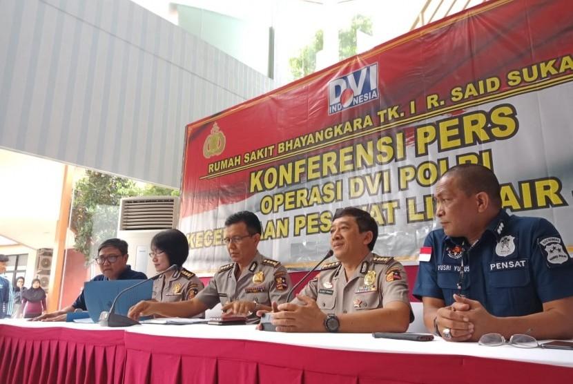 Tim Disaster Victim Identification (DVI) menyampaikan perkembangan identifikasi jenazah korban jatuhnya pesawat Lion Air JT-610 PK-LQP, Jumat (2/11), Jakarta. Pada kesempatan tersebut, Tim DVI telah menerima 65 kantong jenazah yang terdiri dari 272 bagian tubuh.