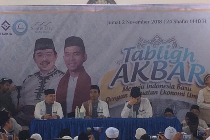 Jamaah memadati gedung dan halaman Masjid Andalusia di Sentul, Bogor, Jumat (2/11). Selepas shalat Jumat, Ustaz Abdul Somad memberikan tausiyah dalam acara tabligh akbar bertemakan Menuju Indonesia Baru Dengan Kekuatan Ekonomi Ummat.