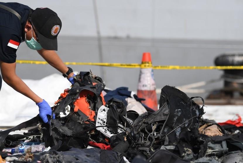 Petugas Labfor Beskrim Polri mengambil sampel barang korban untuk mencari material ledakan pesawat Lion Air JT 610 yang jatuh di Perairan Karawang di Posko evakuasi pesawat Lion Air JT 610 di Dermaga JICT 2, Jakarta, Jumat (2/11/2018).