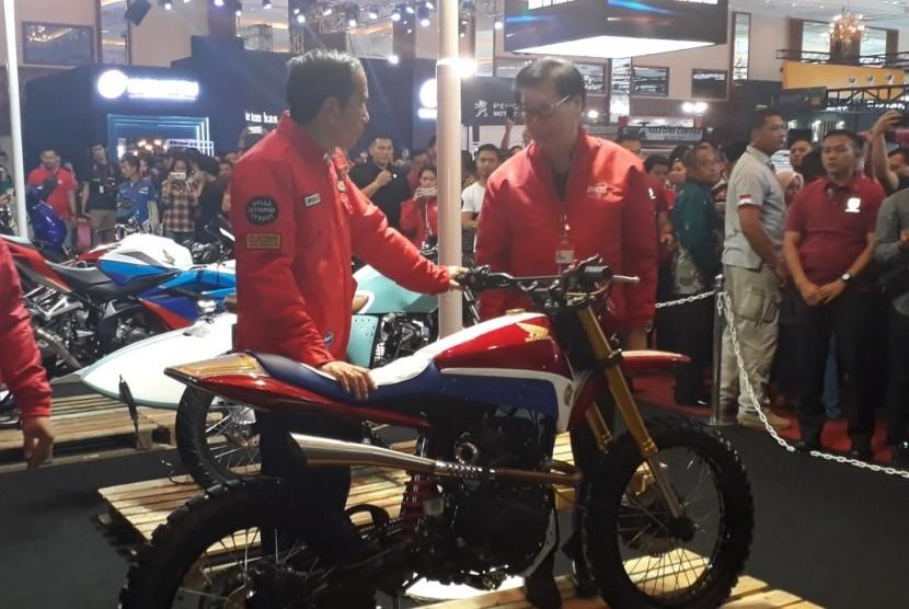 Presiden joko widodo ketika mengunjungi pameran Indonesia Motorcycle Show  (IMOS) di Jakarta Convention Centre Jakarta (3/11).