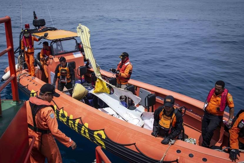 Petugas Basarnas mengevakuasi puing-puing pesawat Lion Air bernomor registrasi PK-LQP dengan nomor penerbangan JT 610 ke Kapal KN Sar Sadewa, di perairan Tanjung Karawang, Jawa Barat, Sabtu (3/11).