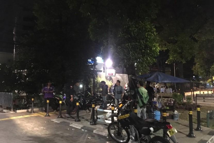 Tim Pemburu Preman Polres Jakarta Barat membubarkan aksi balap liar di depan Terminal Grogol, Jakarta Barat. Sabtu (3/11).