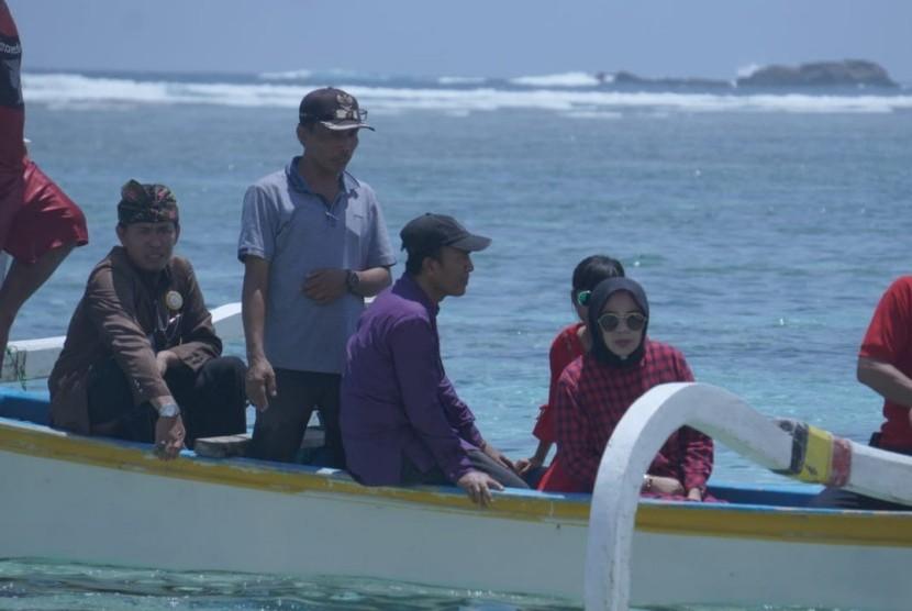 Bupati Lombok Barat Fauzan Khalid meninjau destinasi wisata di Pantai Nambung, Kecamatan Sekotong, Lombok Barat, NTB, Ahad (4/11).