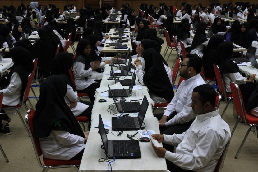 Sejumlah peserta mengikuti ujian seleksi Calon Pegawai Negeri Sipil (CPNS) Kementerian Agama (Kemenag) tahun 2018 di Aula Gedung Universitas Abulyatama Desa Lampoh Keude, Aceh Besar, Aceh, Senin (5/11/2018).