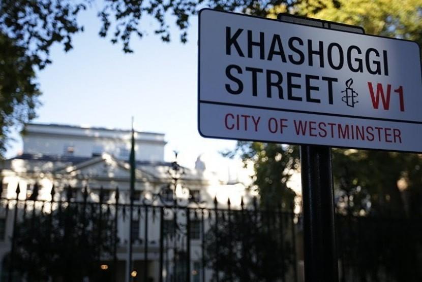 Anggota Amnesty International telah memasang papan tanda jalan di  Curzon Street di luar Kedutaan Arab Saudi di London. Dia mengganti nama  jalan menjadi Khashoggi Street untuk mengenang wartawan Saudi, yang  terbunuh sebulan lalu.