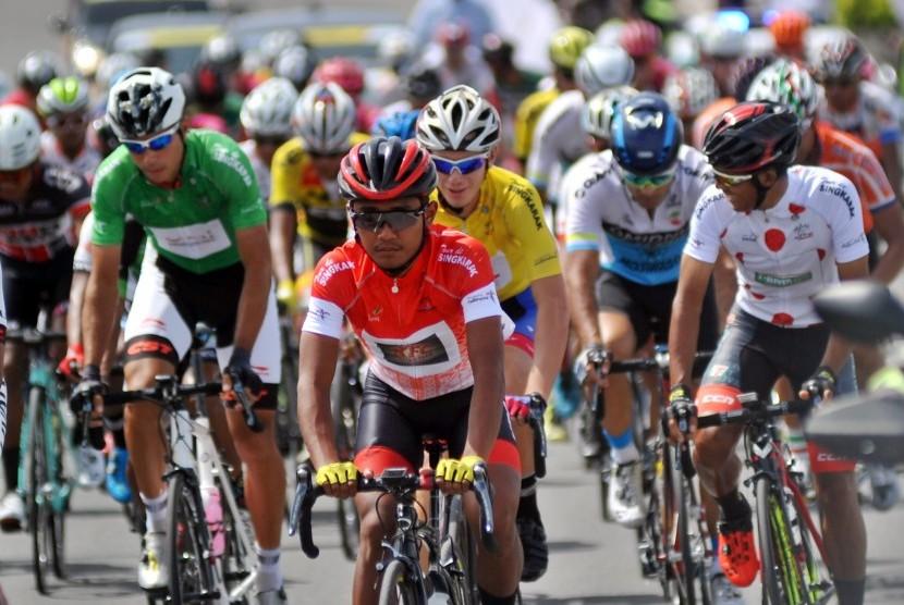 Sejumlah pebalap lepas dari garis start pada etape keempat Tour de Singkarak 2018 di Pantai Cimpago Padang, Sumatera Barat, Rabu (7/11/2018).