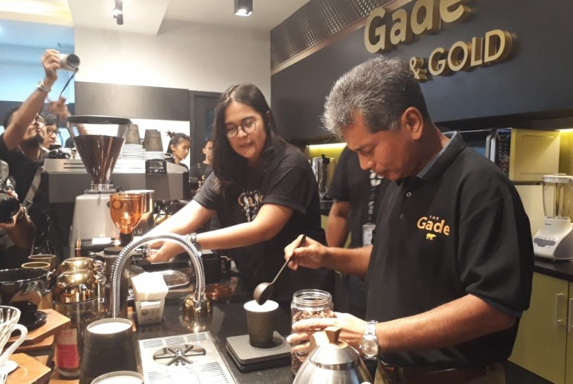 Direktur Utama PT Pegadaian (Persero) Sunarso membuat kopi setelah peluncuran The Gade Coffee and Gold di Kantor Pusat Pegadaian di Kenari, Jakarta Pusat, Rabu (7/11).