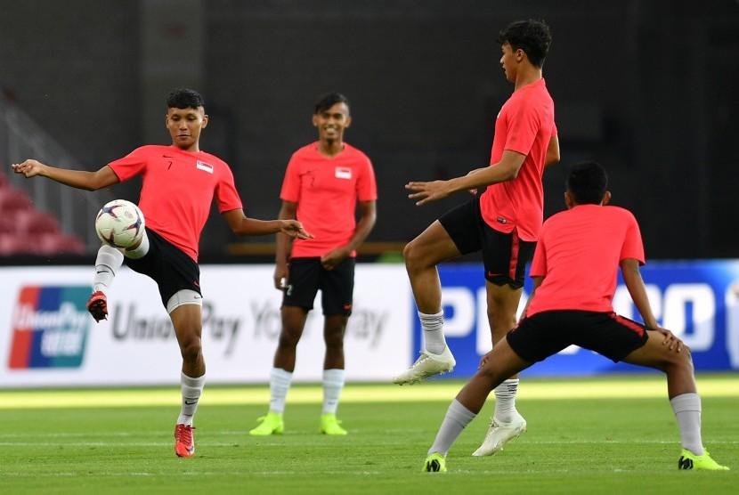 Sejumlah pemain timnas Singapura menjalani sesi latihan di Stadion Nasional, Singapura, Kamis (8/11/2018).