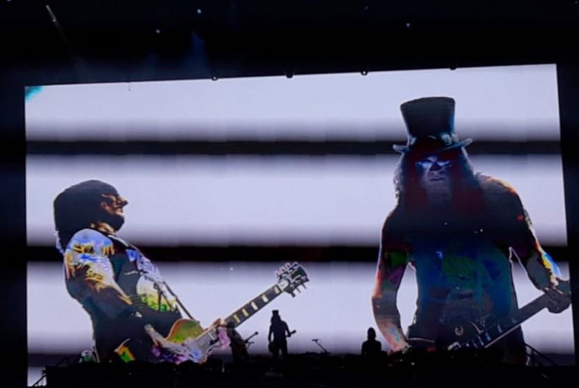Gitaris utama GNR, Slash, memainkan gitarnya, bersahutan dengan gitaris GNR yang lain, Richard Fortus dalam penampilannya di konser GNR Not in This Lifetime Tour 2018, di Stadion Utama Gelora Bung Karno, Senayan, Jakarta Pusat, Kamis (8/11).