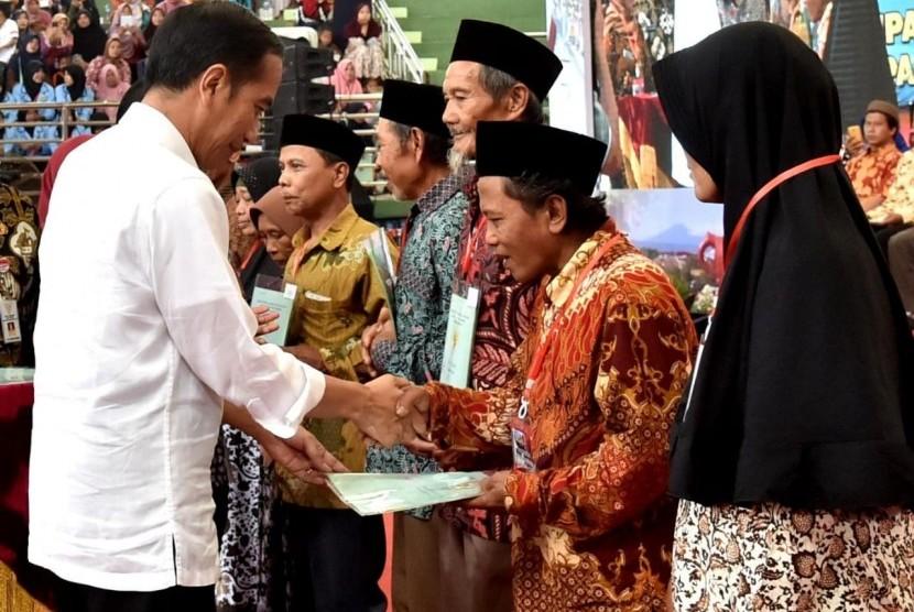 Presiden Joko Widodo menyerahkan sertifikat tanah (ilustrasi)
