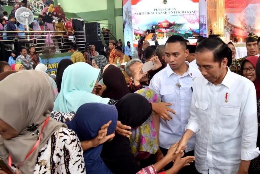 Presiden Joko Widodo menyerahkan sertifikat tanah pada warga di Tegal, Jum'at( 9/11).