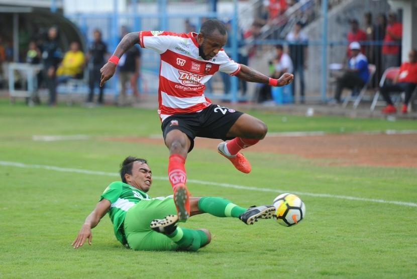 Pesepak bola Madura United (MU) Zah Rahan (kanan).