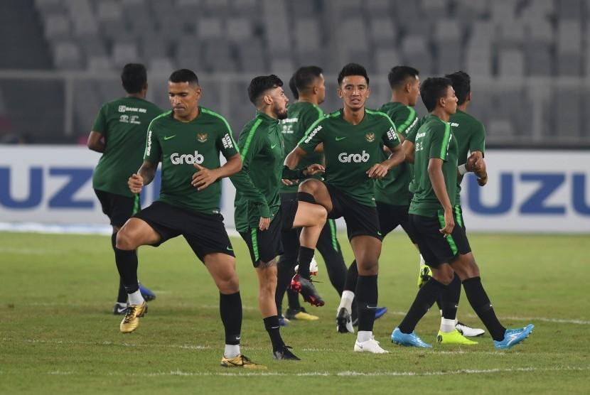 Sejumlah pesepak bola Indonesia berlatih menjelang laga lanjutan Piala AFF 2018 melawan Timor Leste, di Stadion Utama Gelora Bung Karno, Jakarta, Senin (12/11/2018).