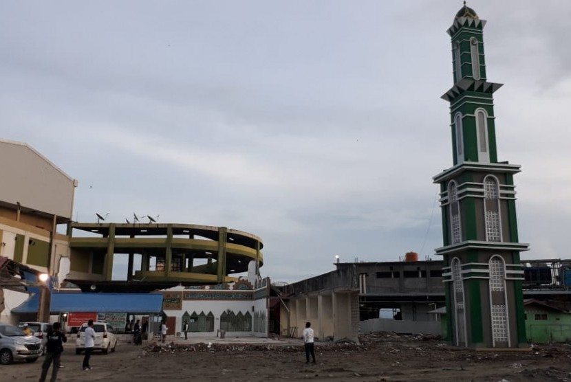 Suasana shalat subuh berjamaah di lokasi darurat di Masjid Baiturrahman Kota Palu Sulawesi Tengah Selasa (13/11).