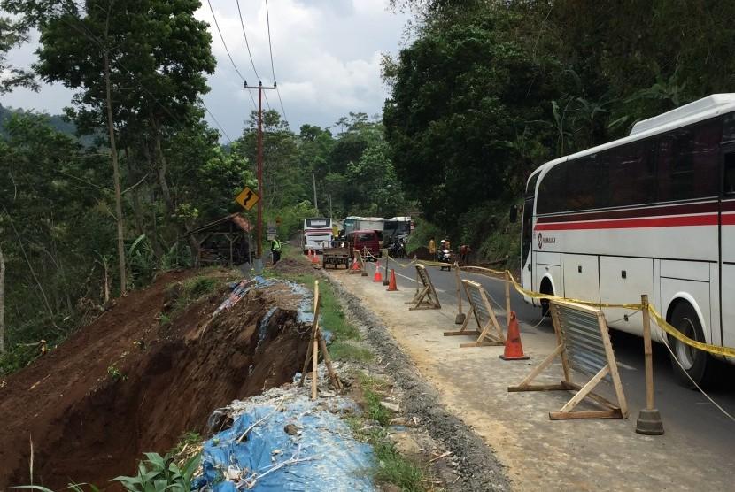 Jalan Lingkar Gentong di Kecamatan Kadipaten,  Kabupaten Tasikmalaya, Jawa Barat tengah melalui proses perbaikan.