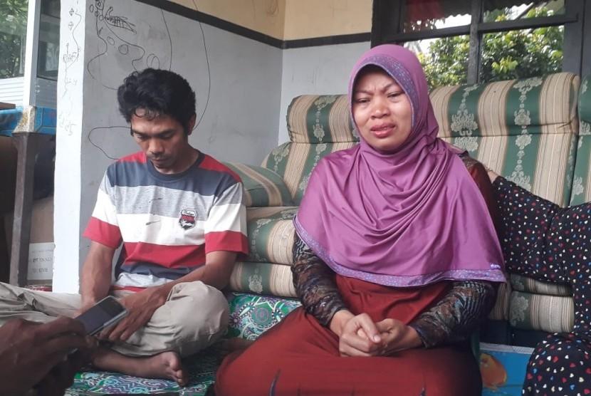 Baiq Nuril (40) dan suami, Lalu Muhammad Isnaeni (40), yang divonis bersalah karena dianggap menyebarkan percakapan mesum Kepala Sekolah SMAN 7 Mataram di rumahnya, di Perumahan BHP Telagawaru, Labuapi, Lombok Barat, NTB, Rabu (14/11)