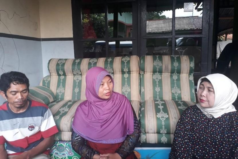 Anggota DPD RI Dapil NTB Baiq Diyah Ratu Ganefi (kanan) berkunjung ke ruang Baiq Nuril (tengah) di Perumahan Telagawaru, Labuapi, Lombok Barat, NTB, Rabu (14/11).