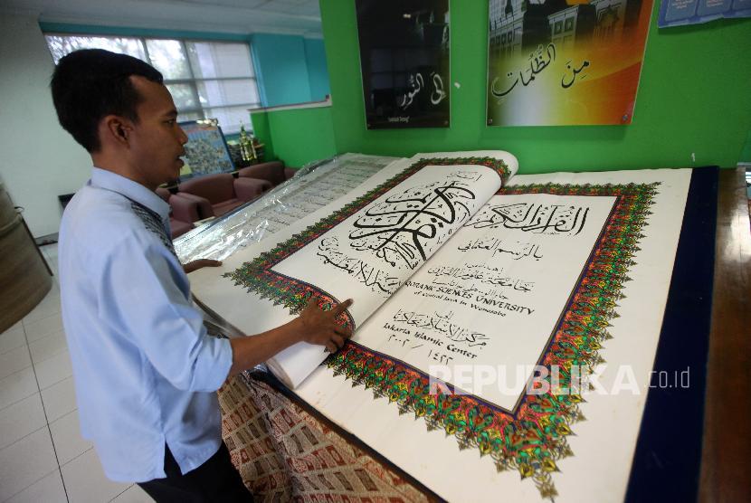 Petugas memperlihatkan Alquran dari DKI Jakarta di Perpustakaan Jakarta Islamic Center, Jakarta, Kamis (15/11). Perpustakaan Jakarta Islamic Center memiliki beragam koleksi Alquran dan tafsirnya yang berasal dari beberapa negara islam hingga dalam negeri untuk mencari referensi keilmuan peradaban Islam.