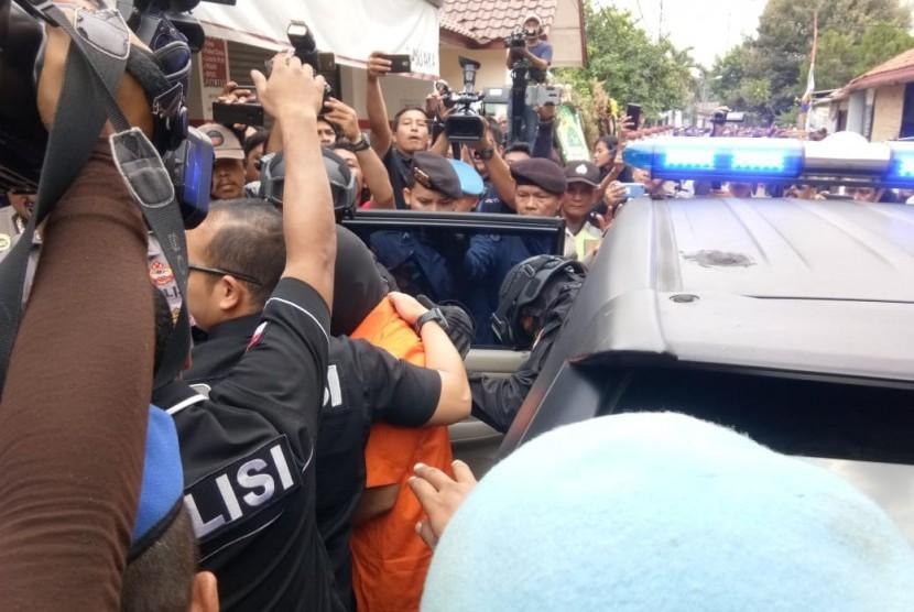 Polda Metro Jaya bersama Polres Metropolitan Bekasi Kota menggelar rekonstruksi pembunuhan satu keluarga di Pondok Melati, Kota Bekasi, Rabu (21/11) siang.