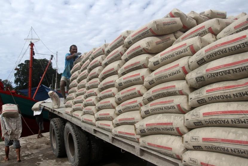 Pekerja mengangkat karung semen dari mobil untuk didistribusikan ke atas kapal di pelabuhan Muaro Padang, Sumatera Barat, Rabu (21/11/2018).