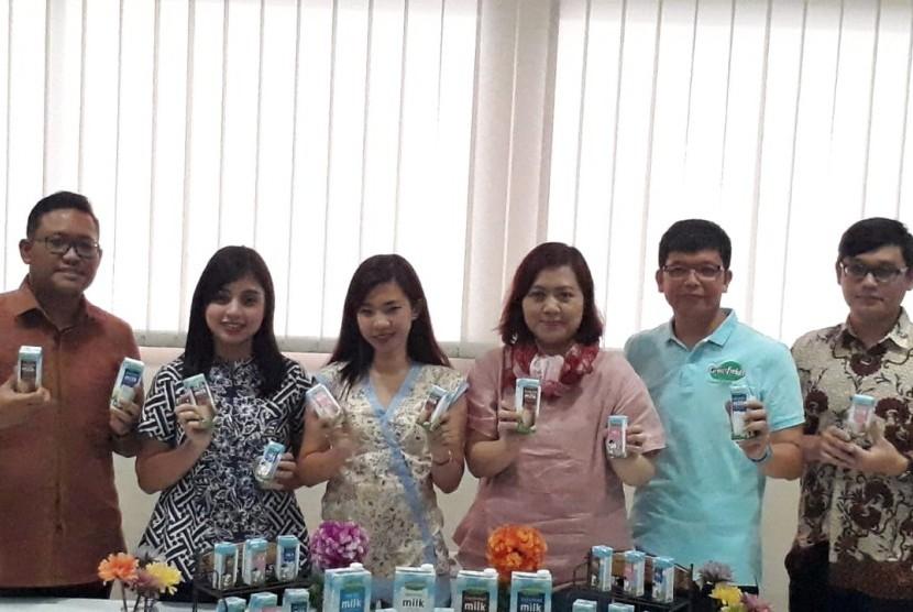 Sejumlah pimpinan PTGreenfields Indonesia danPT Tetra Pak Indonesia berfoto bersama sembari mengenalkan produk susu di Ngajum, Kabupaten Malang, Kamis (22/11).