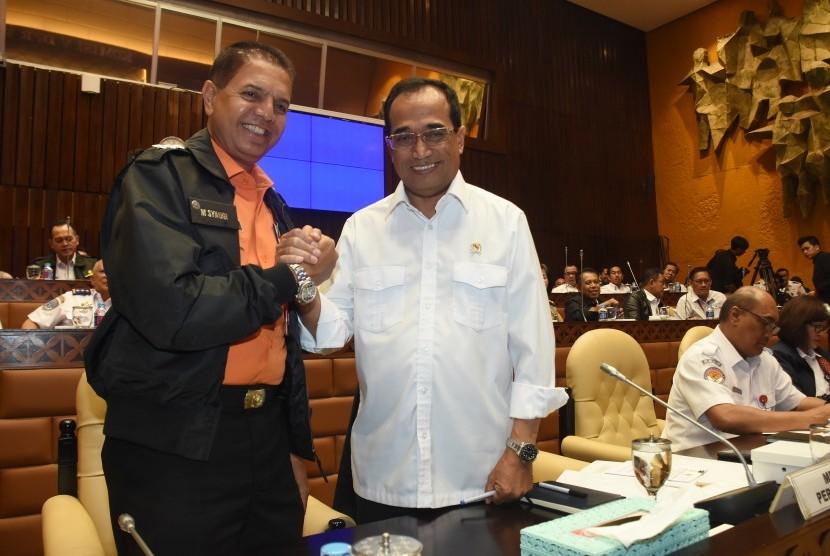 Menteri Perhubungan Budi Karya Sumadi (kedua kiri) berjabat tangan dengan Kepala Basarnas M. Syaugi (kiri) sebelum memulai rapat kerja dengan Komisi V DPR di Komplek Parlemen Senayan, Jakarta, Kamis (22/11/2018).