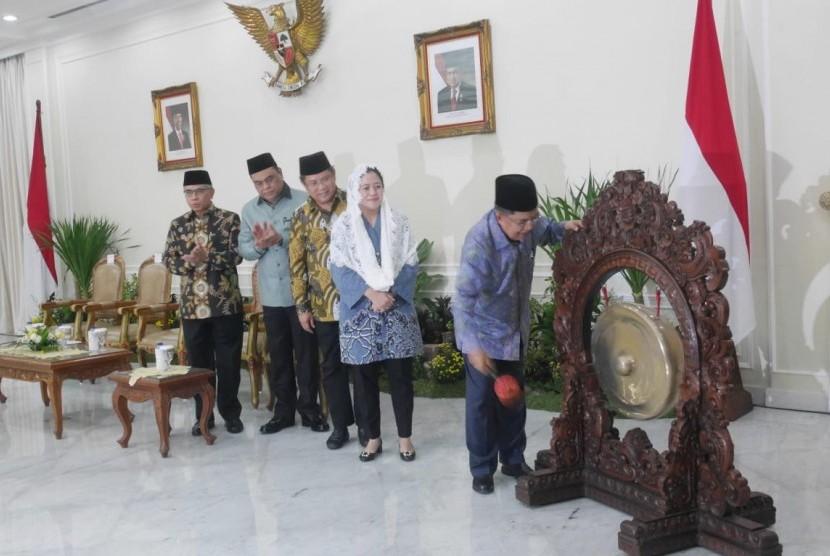 Wapres Jusuf Kalla yg juga sebagai Ketua Umun Dewan Masjid Indonesia (DMI) didamping Menko PMK Puan Maharani dan Menpan RB yg juga sebagai Wakil Ketua Umum DMI Syafrudin saat menghadiri Rapat Kerja Nasional DMI di Istana Wapres, Jakarta, Jumat (23/11/2018).