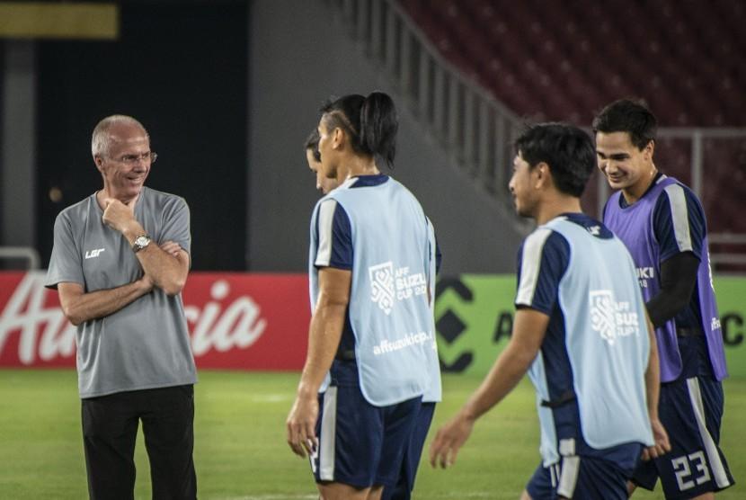 Pelatih Timnas Filipina Sven-Goran Eriksson (kiri) mengamati sesi latihan pemain Timnas Filipina di Stadion Utama Gelora Bung Karno, Jakarta, Sabtu (24/11/2018).