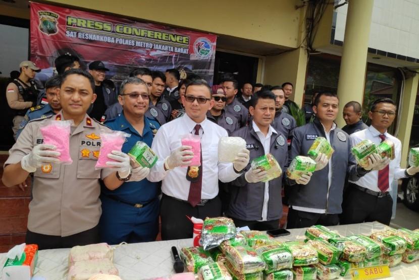 Polres Jakarta Barat mengungkap peredaran narkoba jenis sabu seberat 44 kg dan ekstasi sebanyak 20 ribu butir, Senin (26/11).