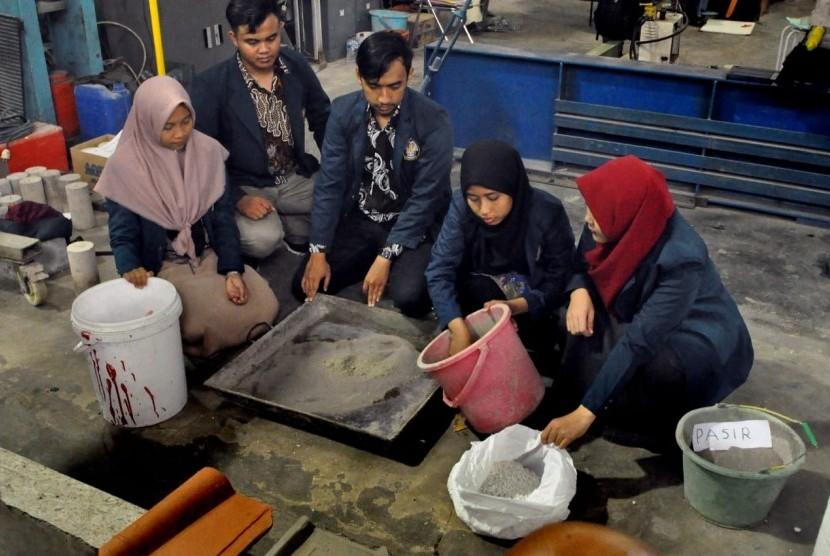 Lima mahasiswa Undip menunjukkan hasil karya genting styrofoam di Laboratorium Teknik Sipil Undip, kompleks kampus Undip, Tembalang, Kota Semarang, Senin (26/11).