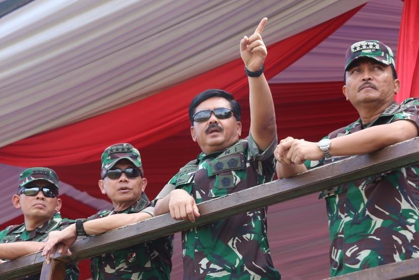 Panglima TNI Marsekal TNI Hadi Tjahjanto (kedua kanan) didampingi Kasal Laksamana TNI Siwi Sukma Adji (kanan), Kasad Jenderal TNI Mulyono (kedua kiri) dan Kasau Marsekal TNI Yuyu Sutisna (kiri) meninjau pelaksanaan Latihan Bantuan Tembakan Terpadu TNI 2018 di Puslatpur Marinir, Karang Tekok, Situbondo, Jawa Timur, Rabu (28/11/2018).