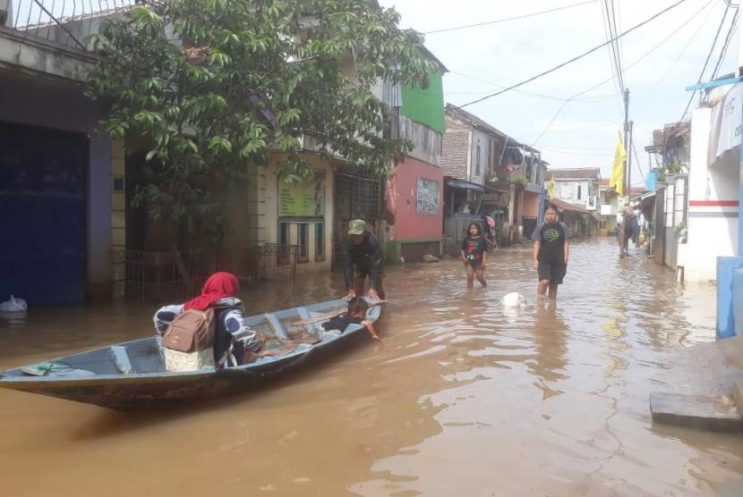 Hujan deras di wilayah Kabupaten Bandung, Kamis (29/11) malam menyebabkan sejumlah pemukiman di Dayeuhkokot terendam banjir, Jumat (30/11).
