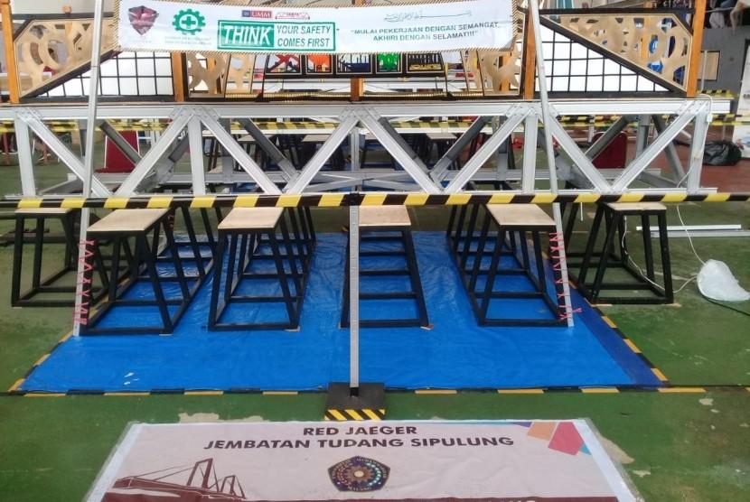 Kontruksi jembatan karya Universitas Muhammadiyah Malang (UMM) di Kompetisi  Jembatan Indonesia (KJI) XIV, Makassar.