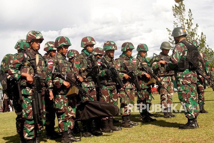 Prajurit TNI berdoa sebelum menaiki helikopter dengan tujuan di Wamena, Papua, Rabu (5/12