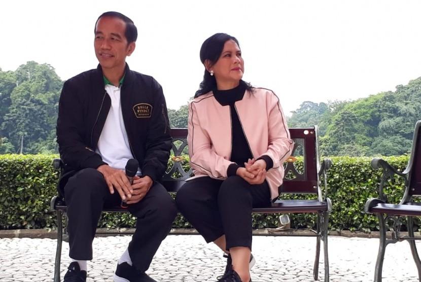 Presiden Joko Widodo dan keluarga berbincang bersama awak media di Grand Garden Cafe Kebun Raya Bogor, Jawa  Barat, Sabtu (8/12).