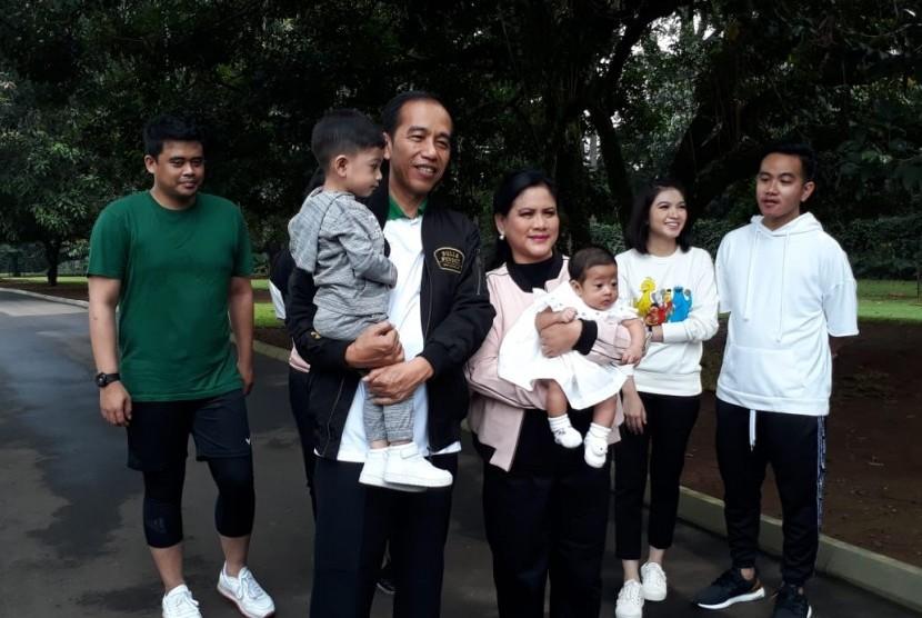 Presiden Joko Widodo jalan santai bersama keluarga di Istana Kepresidenan Bogor pagi ini, Sabtu (8/12).