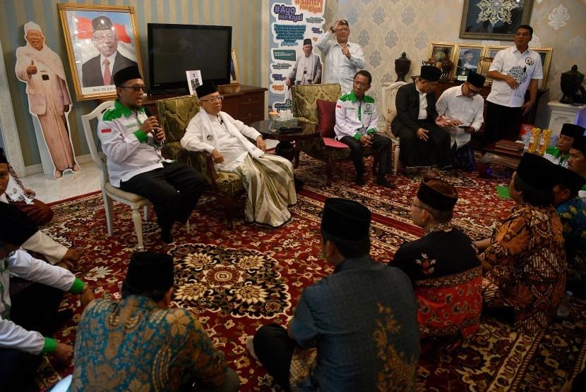 Cawapres nomor urut 01 Ma'ruf Amin (kedua kiri) menerima kunjungan Ketua Umum DPP Forum Santri Indonesia (FSI) Iwan Ari Kurnia (kiri) beserta anggota di kediamannya, Jakarta, Sabtu (8/12/2018).
