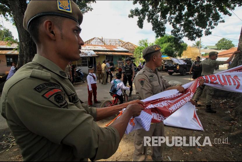 Petugas Satpol PP membongkar paksa Alat Peraga Kampanye (APK). (ilustrasi)