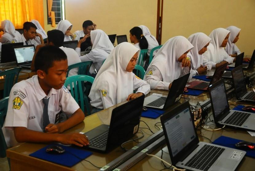 Sejumlah pelajar SMA Negeri 2 Kudus mengikuti simulasi Ujian Nasional Berbasis Komputer (UNBK) atau Computer Based Test (CBT) di Kudus, Jawa Tengah, Rabu(11/12/2018).