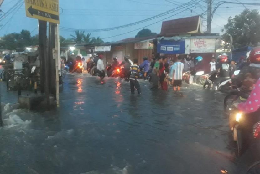 Hujan deras menyebabkan ruas jalan terendam banjir (ilustrasi)